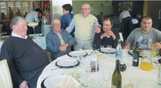 O aniversariante percorrendo as mesas agradecendo a presença dos amigos