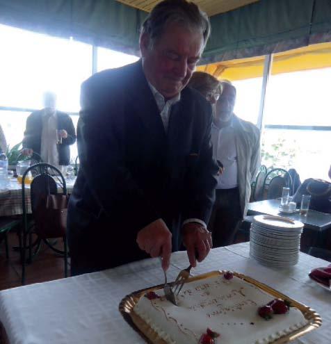 O atual Diretor do O Ribeira de Pera a cortar o bolo comemorativo